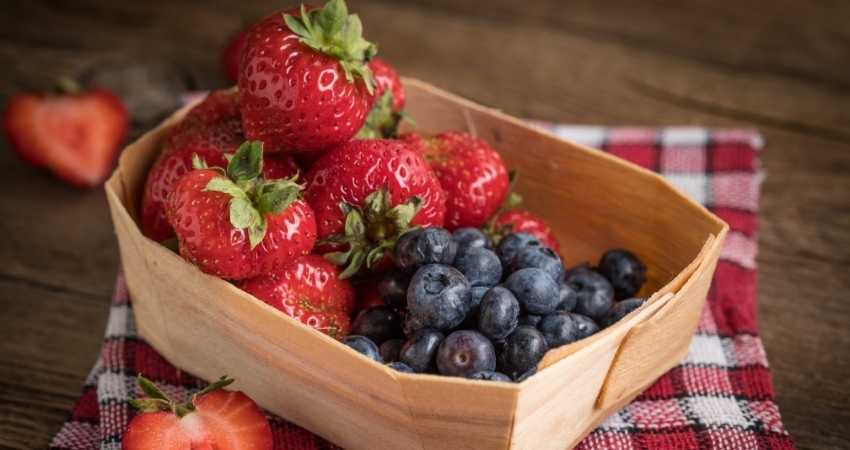 which are healthier strawberries or blueberries
